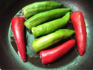 酿辣椒,如图锅里放油,放入辣椒中火煎