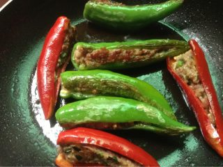 酿辣椒,如图反复翻面煎黄