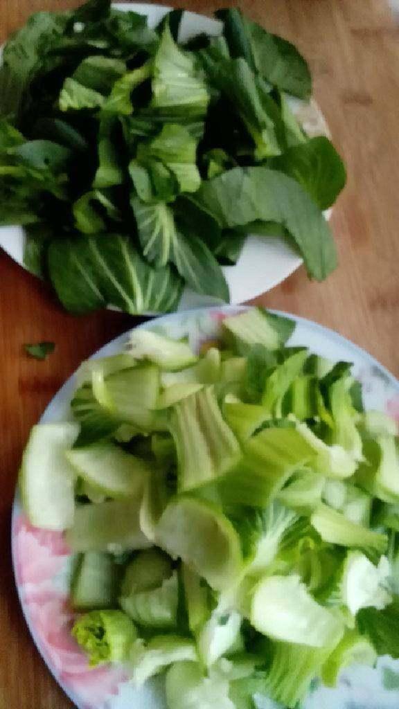 清炒油菜,<a style='color:red;display:inline-block;' href='/shicai/ 115'>油菜</a>洗净,叶子和埂分开切好,蒜拍下切碎,