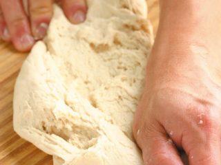 素食披萨,将作法3所有材料混合均匀成团,用手揉至面团表面呈光滑状。