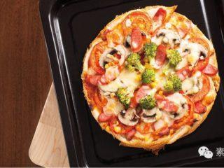 素食披萨,将烤盘放入已经预热的烤箱。 以上下火180°C烤10分鐘,至披萨