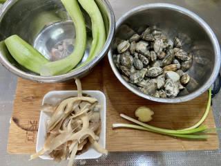 花蛤丝瓜汤➕花蛤平菇丝瓜汤,丝瓜削皮洗净,花蛤淘洗几遍,控水备用,平菇撕小朵洗净,小葱择好洗净,姜搓洗干净