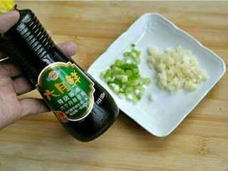 x小炒杏鲍菇,葱  蒜切末。