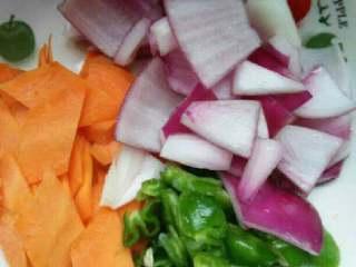 爆炒猪腰,胡萝卜洋葱洗净切菱形片;青椒切片