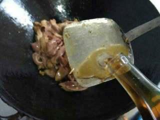 爆炒猪腰,放点料酒和盐鸡精