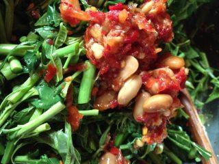 凉拌椿菜,如图放水豆豉在拌匀