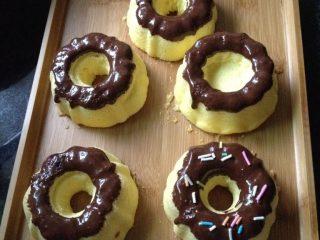蛋糕甜甜圈,趁巧克力还没有凝固放上彩糖装饰