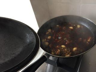 手擀牛肉面,大料爆炒,放入牛腩块,加生抽老抽料酒,放水煮一个小时左右,再放胡萝卜土豆块,煮半小时左右