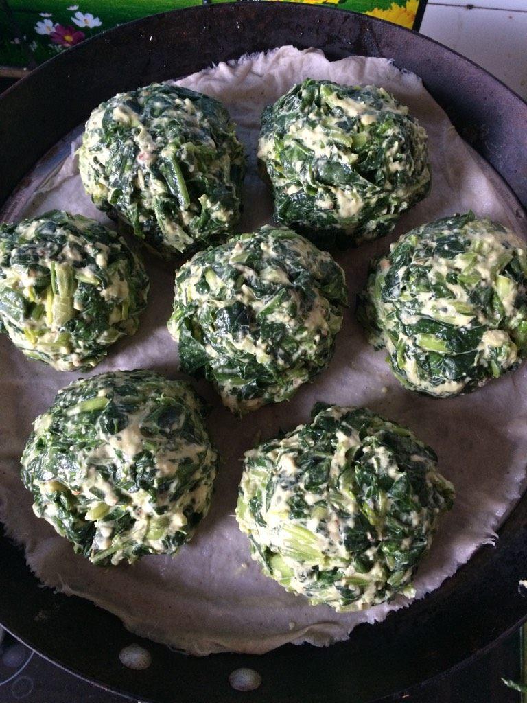 菠菜团子,如图两手沾水,揪出大小合适的菠菜面团,团成团子,放入铺了蒸布的蒸锅里