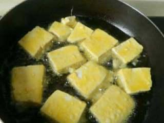自制雪菜锅塌豆腐,放油锅中煎炸至两面金黄盛出沥干油分。