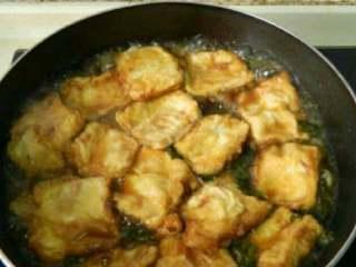 自制雪菜锅塌豆腐,加酱油 白糖 调味,放入豆腐煮5分钟。