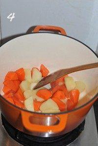 红咖喱鸡肉炖杂蔬,锅烧热放油,油热后倒入土豆和胡萝卜块,小火慢慢煸炒5分钟左右