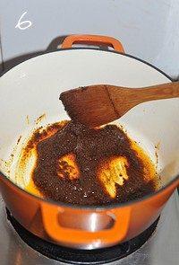 红咖喱鸡肉炖杂蔬,用锅中余油小火煸炒红咖喱酱,至出红油