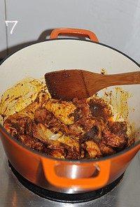 红咖喱鸡肉炖杂蔬,倒入鸡块继续小火翻炒至表面全部裹上红咖喱酱