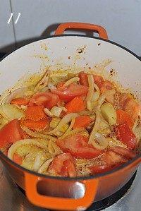 红咖喱鸡肉炖杂蔬,倒入步骤5炒好的蔬菜和番茄块,煮开后转小火盖上盖子焖煮20分钟即可