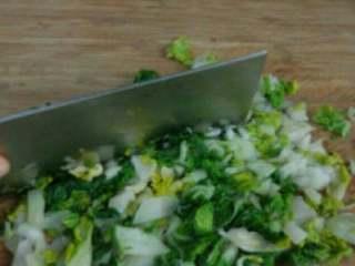 鸡汤菜肉馄钝,焯烫过的小白菜挤干水分剁碎。