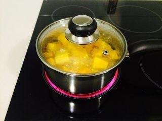 羊肉南瓜派,南瓜入沸水中火煮,软和即可。成出待用