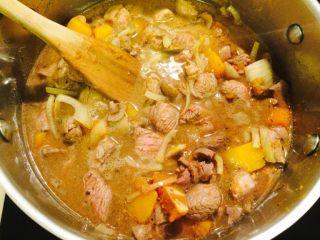 羊肉南瓜派,将所有食物放入同一锅中,加香菜,加入佐料搅匀,放入鸡汤开煮吧!煮开后小火炖一下,同时将玉米粉加水调匀放入锅中。