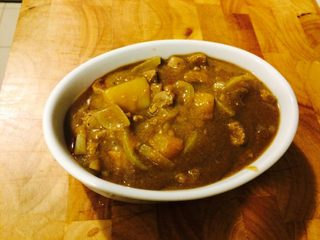 羊肉南瓜派,等到差不多汤汁浓稠后可关火,分别放入烘焙碗中。不要放太满,要不然烤的过程中汤容易溢出!