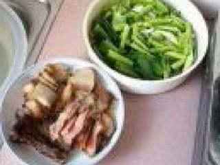 蒜苗炒腊肉,腊肉切片,蒜苗切斜段,茎和叶分开放