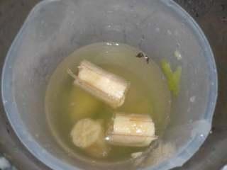 猕猴桃香蕉汁,香蕉剥皮切段放进豆浆机里