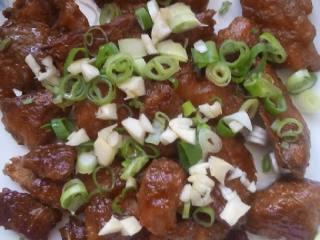 孜然猪肉串,烤好后,撒上葱花和蒜末即可。