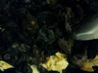 木耳炒鸡蛋,煎至金黄  在把鸡蛋弄散放入木耳炒