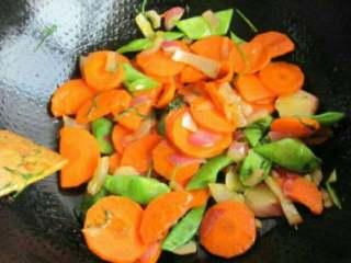 西式胡萝卜浓汤,放入扁豆和胡萝卜炒至变软。