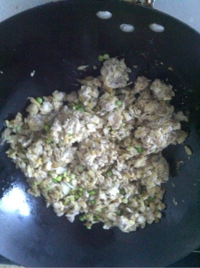 槐花饭,加入蒸好的槐花,翻炒一分钟,加盐翻匀即可