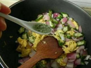 秋葵洋葱炒鸡蛋,再放入炒好的鸡蛋,加少许鸡精淋入少许香油炒匀即可!