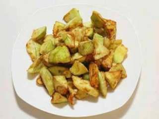 烧茄子,锅内放入适量的油,油温五六成热的时候,放入茄子开始煎炸至茄子表面金黄时捞出备用。
