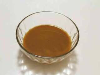 烧茄子,取一只干净的小碗,然后依次放入玉米淀粉、糖、鸡精、老抽、盐、再倒入半碗清水,调成碗汁备用。
