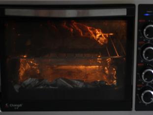 孜然烤羊腿,腌好的羊腿,去掉葱姜丝,放入预热好200度的烤箱,中层,热风,上下火,烤1个半小时左右