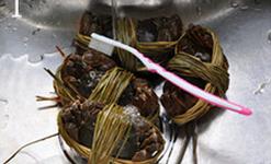 焗烤大闸蟹,将大闸蟹在流水下仔仔细细刷洗干净