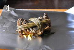 焗烤大闸蟹,将一只大闸蟹腹部朝下,放在材料上