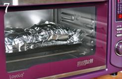 焗烤大闸蟹,烤盘上再铺一张锡纸,将包裹好的大闸蟹背部朝下、腹部朝上,排在烤盘上;放入烤箱,无需预热,200度烤20到25分钟