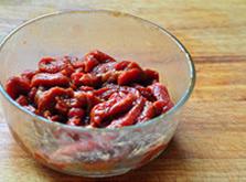 杭椒牛柳,继续下手抓匀,至牛肉丝吸收所有调味料,并感觉肉丝黏黏的