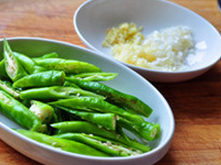杭椒牛柳,杭椒切长段,葱姜蒜切末备用