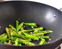 杭椒牛柳,锅中留底油,爆香葱姜蒜末,下入杭椒,大火翻炒至颜色翠绿