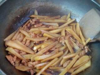 土豆红烧肉,把酱汁倒进去