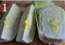 自制辣白菜,大白菜无需清洗,剥去外层的老叶,纵向剖开成两份或4份