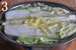 自制辣白菜,将抹盐的白菜放进大盆中,加入淡盐水没过白菜,腌泡大半天或过夜