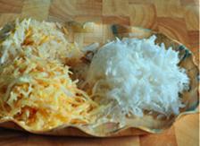 自制辣白菜,苹果、梨、白萝卜用擦丝板擦成丝