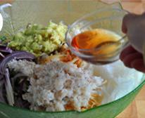 自制辣白菜,所有丝丝、段段、蒜泥、姜泥及虾皮和水,一起放进大盆,加入鱼露