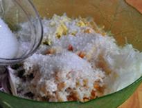自制辣白菜,加入粗盐(或精盐)和糖