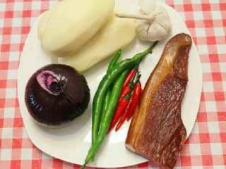 干锅土豆片,准备食材。土豆三个、腊肉一块、洋葱一个、新鲜青红辣椒各几个、蒜适量。