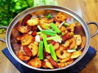 干锅土豆片,将土豆片盛入锅仔内。放少许香葱点缀。点一块酒精即可开动。