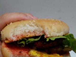 培根汉堡包,来一口很好吃。