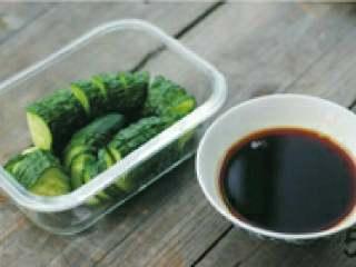 蓑衣黄瓜,吃的时候取出,将生抽、陈醋、盐、糖、鸡精、一勺凉开水调兑好。