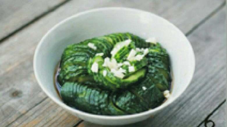 蓑衣黄瓜,大蒜拍成蒜泥,将调好的调料均匀浇到黄瓜上。